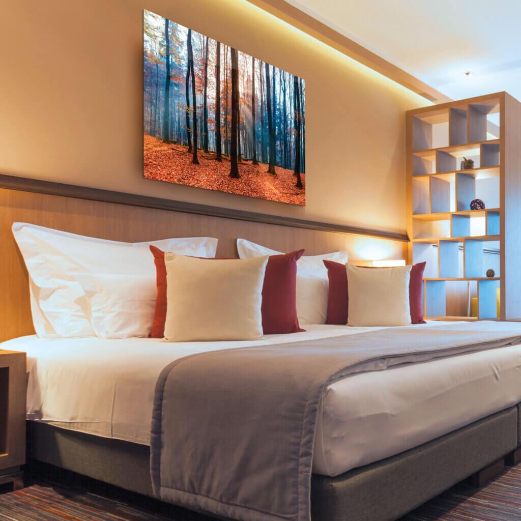 ChromaLuxe-Wandbild im Hotelzimmer