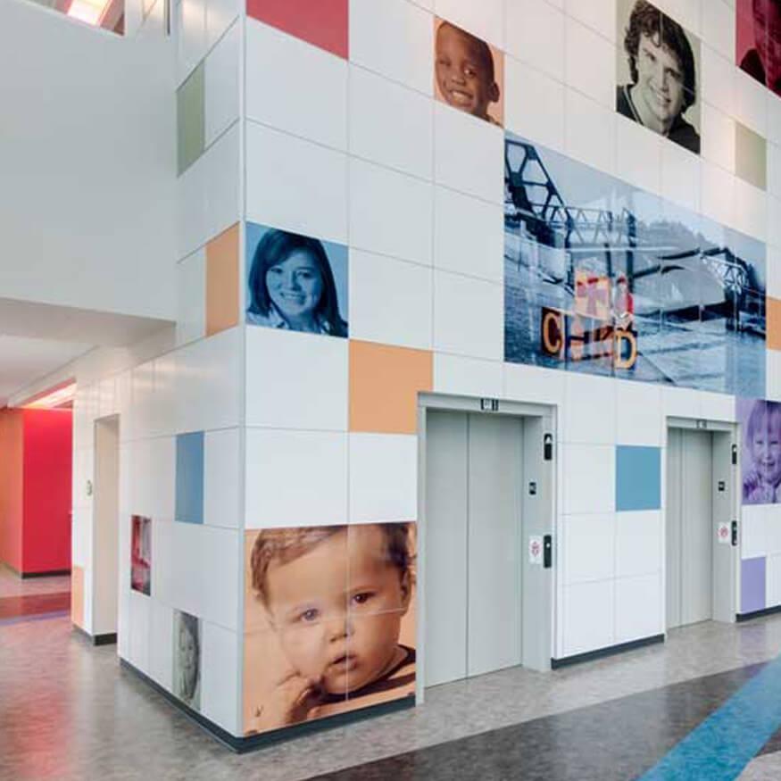 ChromaLuxe-Wand im Spital-/Office-Flur